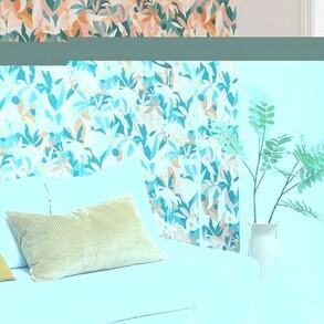 Combinación de colores cálidos y fríos en un mismo estampado, una forma de dar alegría y luminosidad a nuestro salón.  #papelpintado #floral #papelpintadovegetal #decoracion #tonosnaturales #interiordesign #inspiracion #decoracionnatural